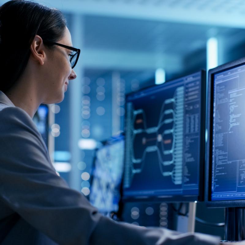 Softwareentwicklerin bei der Programmierung, IT Personalvermittlung